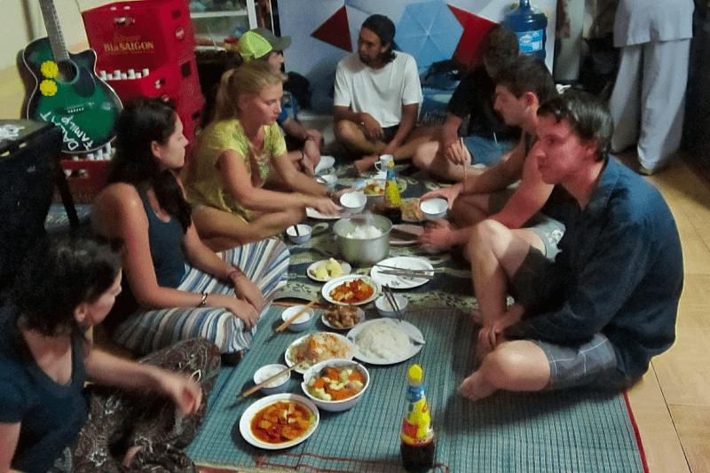 Abendessen im Dalat Family Hostel - Alle sitzen auf dem Boden und das Essen steht in der Mitte.