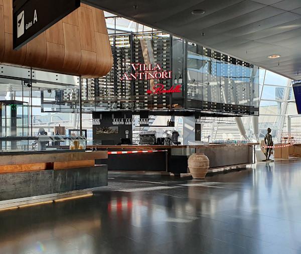 Fernweh: Wegen Corona geschlossene Bar am Flughafen