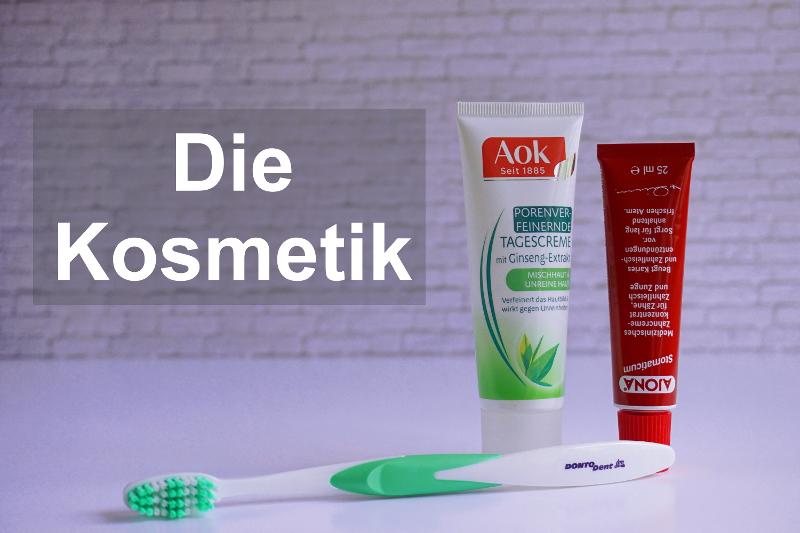 Eine Tube Gesichtscreme, eine Tube Zahnpasta und eine Zahnbürste sind Beispiele für die Kosmetik, die man auf Reisen braucht.