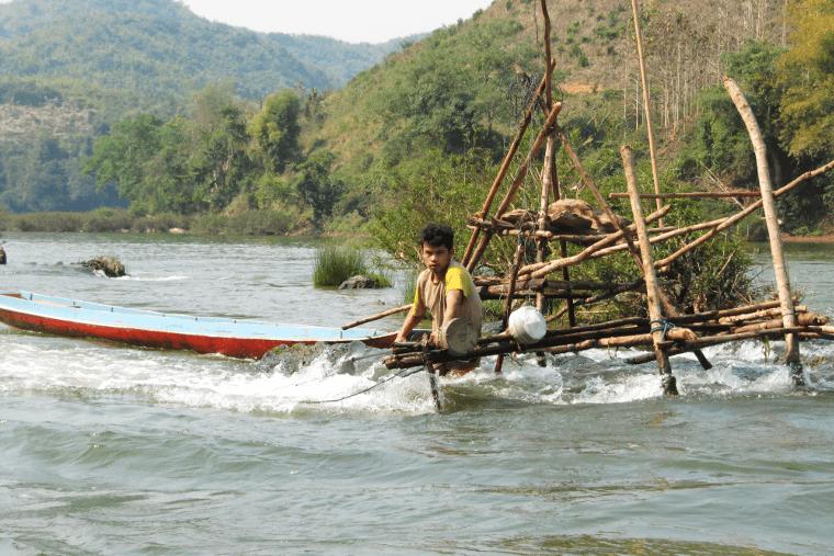 Ein Fischer holte gerade seinen Fang aus dem Fluss Nam Ou, als wir mit dem Boot von Nong Kiao nach Luang Prabang unterwegs waren.