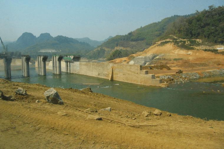 Ein riesiger Staudamm versperrte den Weg auf dem Fluss Nam Ou von Nong Kiao nach Luang Prabang.