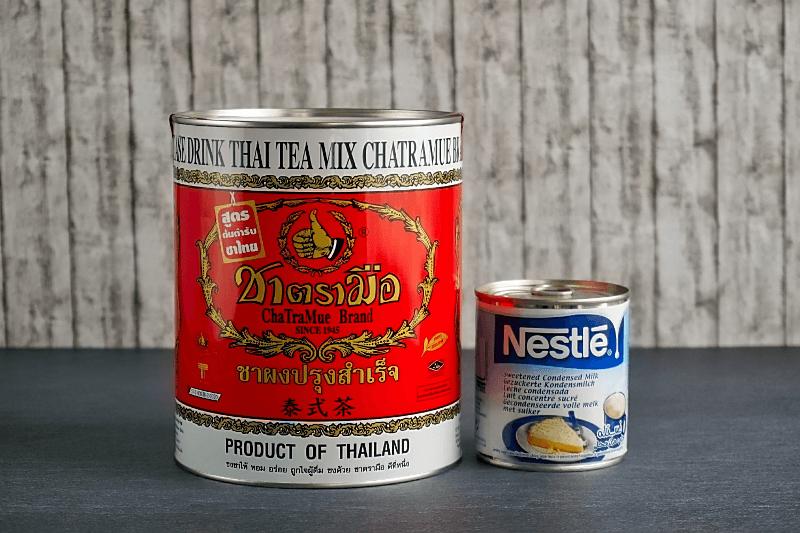 Die wichtigsten Zutaten für Thaitee mit Milch: Original Thai Tea Number One Brand und gesüßte Kondensmilch.
