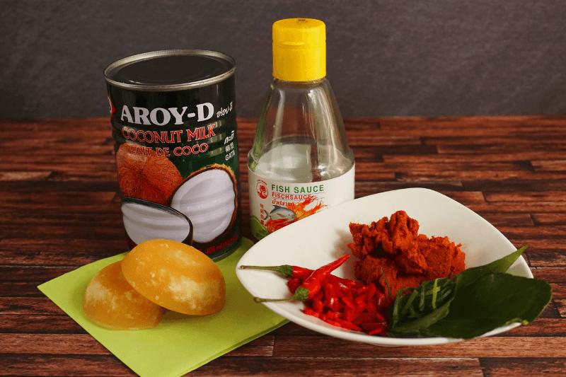 Die Zutaten für Panang Curry: Kokosmilch, Palmzucker, Fischsauce, Chilis, Currypaste und Kaffirlimettenblätter.