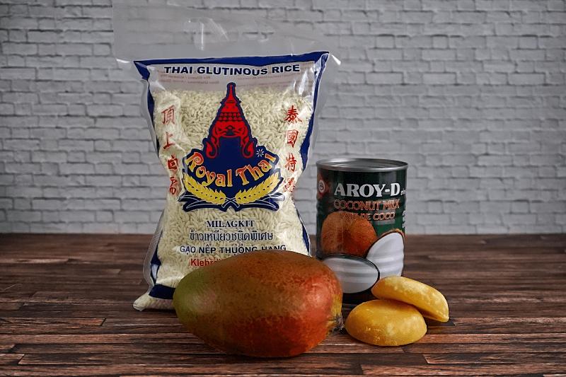 Die Zutaten für Sticky Rice mit Mango: Klebreis, Kokosmilch, Palmzucker und Mango.